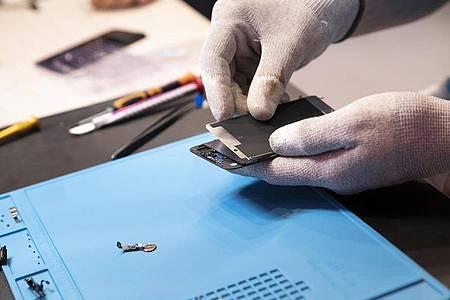 Ob sich die Reparatur eines beschädigten Smartphones lohnt, ist eine Frage der Nachhaltigkeit, aber auch der Kosten. Manchmal ist der Neukauf sogar günstiger. Foto: Florian Schuh/dpa-tmn