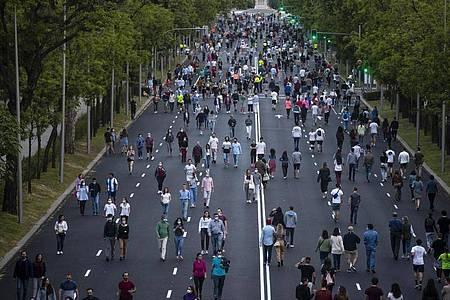 Menschen treiben auf dem Paseo de la Castellana in Madrid Sport. Die spanische Hauptstadt ist vor Barcelona die von der Pandemie am schwersten getroffene Region des Landes. Foto: Manu Fernandez/AP/dpa