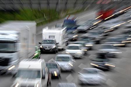Laut ADAC kam es am Samstagmorgen auf der A7 bereits zu Verkehrsbehinderungen (Archiv). Foto: Daniel Reinhardt/dpa