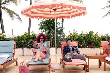 Rachel Brosnahan (l) als Miriam «Midge» Maisel auf der Sonnenliege. Foto: -/Amazon Prime/dpa