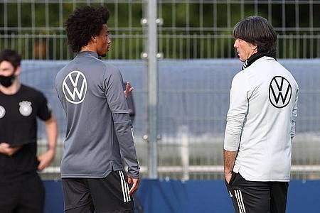 Kann wieder auf Leroy Sané (l) zurückgreifen: Bundestrainer Joachim Löw. Foto: Christian Charisius/dpa