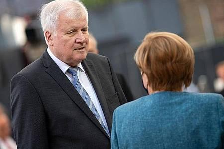 Bundeskanzlerin Angela Merkel und Horst Seehofer, Bundesminister für Inneres, Heimat und Bau, unterhalten sich beim Festakt zum 70-jährigen Bestehen des Zentralrats der Juden. Merkel und Seehofer sind sich nach Angaben Seehofers im Flüchtlingskompromiss schnell einig gewesen. Foto: Bernd von Jutrczenka/dpa Pool/dpa