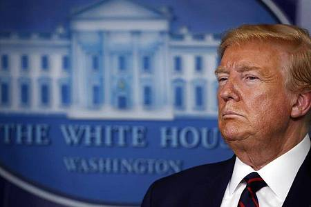 Hat sich zum «Kriegspräsidenten» erklärt und zum Kampf «gegen einen unsichtbaren Feind» aufgerufen: US-Präsident Donald Trump. Foto: Alex Brandon/AP/dpa