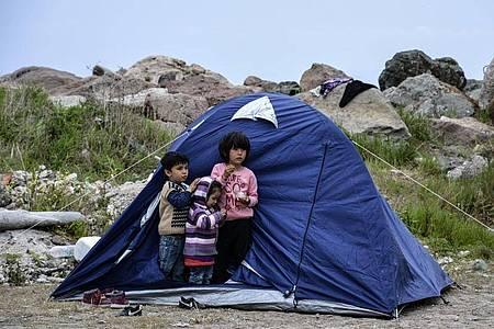 Flüchtlingskinder auf Lesbos. Einige Migranten, die mit Schmugglerbooten aus der Türkei kamen, wurden in Zelten unter Quarantäne gestellt. Foto: Panagiotis Balaskas/AP/dpa