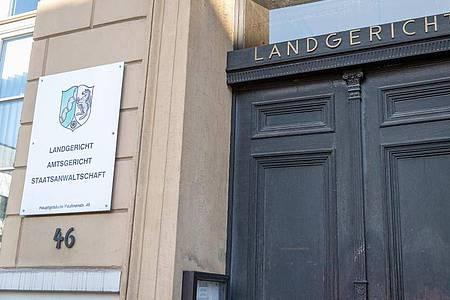 Der Eingang des Landgerichts Detmold. Das Gericht verurteilte den selbsternannten «Führerscheinkönig» zu über 4 Jahren Gefängnis. Foto: Friso Gentsch/dpa