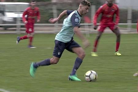 Abdelmalek Amara rennt dem Ball hinterher. Foto: Arte France/dpa