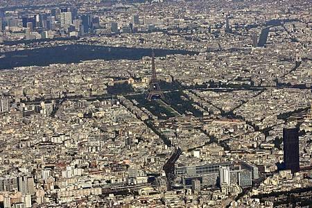 In Paris hat ein Kampfflugzeug, das die Schallmauer durchbrochen hat vielenMenschen einen Schrecken eingejagt. Foto: Peter Kneffel/dpa