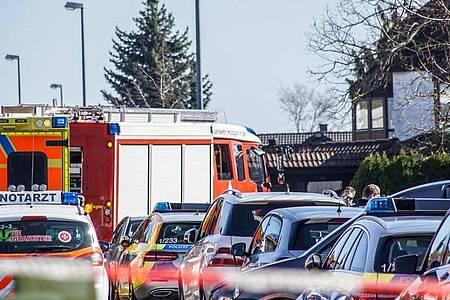 Polizei und Feuerwehr sind in dem Wohngebiet im Einsatz. Foto: Dettenmeyer/SDMG/dpa