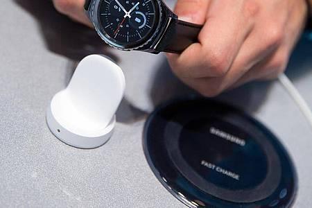Sonderlocke: Smartwatches brauchen oft eigene Ladestationen oder bei Mehrfachstationen zumindest einen eigenen Ladebereich. Foto: Florian Schuh/dpa-tmn