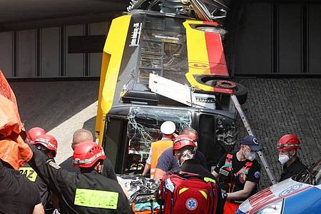 Einsatzkräfte an der Unfallstelle. Foto: Pawel Supernak/PAP/dpa