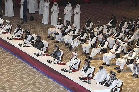 Die Delegation der Taliban bei den Friedensgesprächen inDoha. Fast zwei Jahrzehnte nach der Militärinvasion Afghanistans haben in Katar innerafghanische Friedensgespräche begonnen. Foto: Hussein Sayed/AP/dpa
