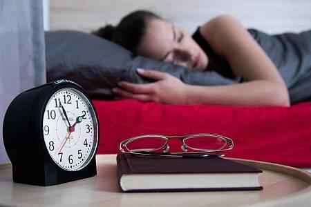 Wer tagsüber ins Bett gehen muss, schläft oft schlechter. Unter ständiger Nachtaktivität leider zudem das Immunsystem. Foto: Christin Klose/dpa-tmn