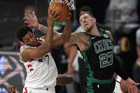 Daniel Theis (r) von den Boston Celtics versucht, Kyle Lowry von den Toronto Raptors zu blocken. Foto: Mark J. Terrill/AP/dpa
