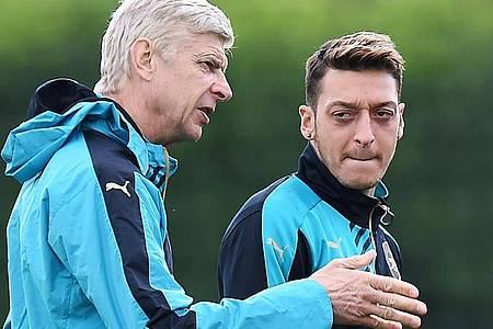 Hat eine hohe Meinung von Mesut Özil (r): Ex-Arsenal-Coach Arsene Wenger. Foto: Andy Rain/EPA/dpa