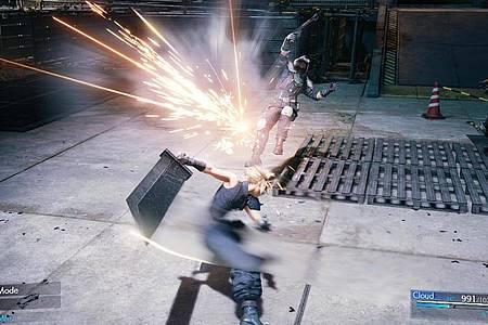 Riesiges Schwert, große Aufgaben. «Final Fantasy VII Remake» ist die Neuauflage des Spiele-Erfolgs von 1997. Foto: Square Enix/dpa-tmn