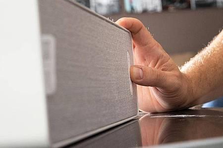 Eine WLAN-Box platziert man optimalerweise etwa auf Ohrhöhe einer sitzenden Person. Foto: Franziska Gabbert/dpa-tmn
