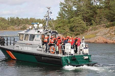 Ein Grenzschutzboot bringt die Passagiere von der auf Grund gelaufenen Ostsee-Fähre in Sicherheit. Foto: Niclas Nordlund/Lehtikuva/AP/dpa