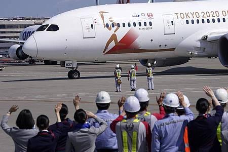 Das IOC will Olympia trotz Coronavirus-Pandemie eröffnen: Der Flieger «Tokyo 2020 Go» soll das olympische Feuer nach Japan transportieren. Foto: Eugene Hoshiko/AP/dpa
