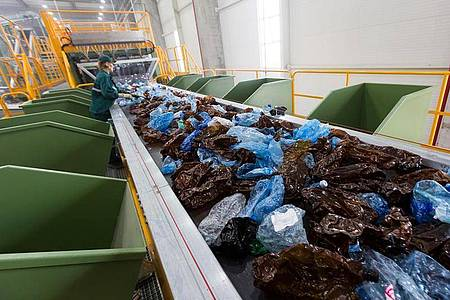 Plastikflaschen auf dem Fließband einer Plastik-Recyclingfabrik in Rumänien. Foto: -/Firma Greentech/dpa