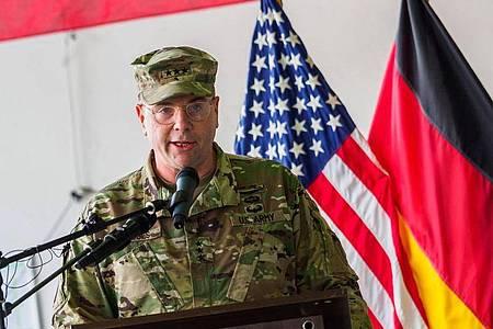 Der frühere Befehlshaber der US-Truppen in Europa, Ben Hodges, spricht in den Storck-Barracks im bayerischen Illesheim. Foto: Nicolas Armer/dpa