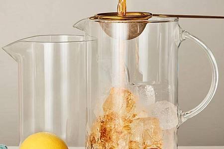 Um den Tee schockartig abzukühlen, wird er nach der Ziehzeit über die gleiche Menge an Eiswürfeln gegossen. Foto: teeverband.de/dpa-tmn