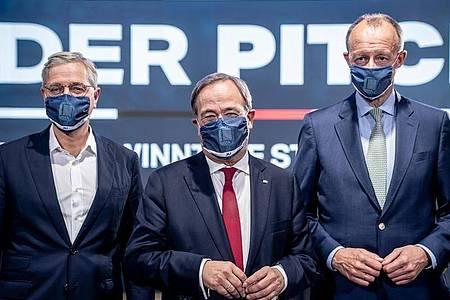 Die drei Kandidaten für den Bundesvorsitz der CDU, Norbert Röttgen (l-r), Armin Laschet und Friedrich Merz, stehen nach einem Mitglieder-Talk der Jungen Union nebeneinander. Foto: Michael Kappeler/dpa-pool/dpa