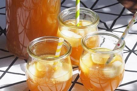 Der Ingwer-Pfirsich-Punsch wird eiskalt und ohne einen Tropfen Alkohol serviert. Foto: Doreen Hassek/dekoreenberlin.blogspot.com/dpa-tmn