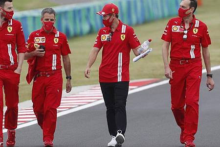 In Budapest nicht nur bei Ferrari im Fokus: Sebastian Vettel (2.v.r). Foto: Darko Bandic/STF/AP/dpa