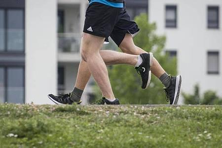 Wer regelmäßig wandert, Rad fährt oder joggt, stärkt sein Herz-Kreislauf-System und macht seinen Körper widerstandsfähiger gegen Krankheiten. Foto: Frank Rumpenhorst/dpa