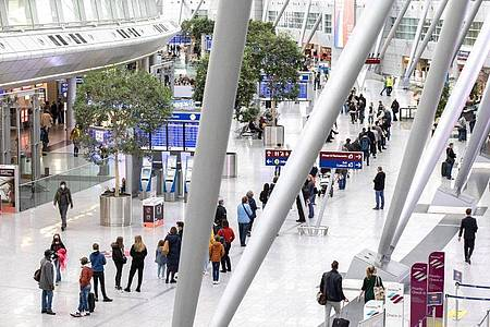 Schlangestehen vor einem Testzentrum am Düsseldorfer Flughafen. Nicht nur Reisende können sich hier testen lassen. Foto: Marcel Kusch/dpa