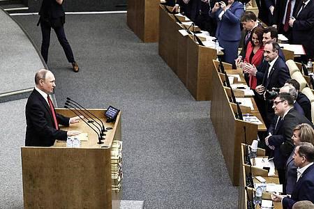 Wladimir Putin, Präsident von Russland, spricht während einer Sitzung vor der Abstimmung über Verfassungsänderungen in der Staatsduma, dem Unterhaus des russischen Parlaments. Foto: -/Kremlin/dpa