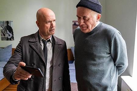 """Christian Berkel (l) und Hanns Zischler in einer Szene aus """"Der Kriminalist"""". Foto: Oliver Feist/ZDF/dpa"""