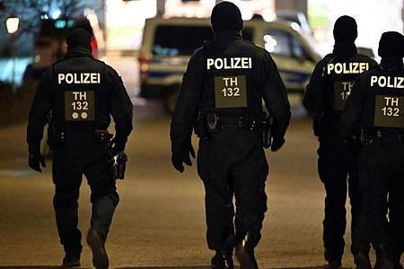 Polizisten patrouillieren durch die Innenstadt von Hildburghausen. Foto: Martin Schutt/dpa-Zentralbild/dpa
