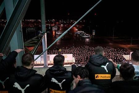 Gladbachs Spieler feiern nach dem Derbysieg gegen Köln mit ihren Fans vor dem Stadion. Foto: Fabian Strauch/dpa