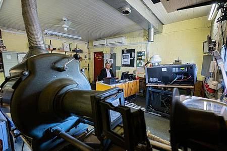 Theaterleiter Heiko Desch im Vorführraum. Ein Projektor ist aus den 50er Jahren (l), dass andere ist für digitale Filmdateien. Foto: Andreas Arnold/dpa