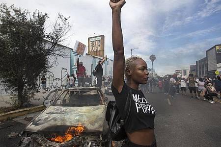 Nach dem Tod des Afroamerikaners George Floyd bei einem brutalen Polizeieinsatz in Minneapolis haben Ausschreitungen in US-Metropolen in der fünften Nacht in Folge angedauert. Foto: Ringo H.W. Chiu/AP/dpa