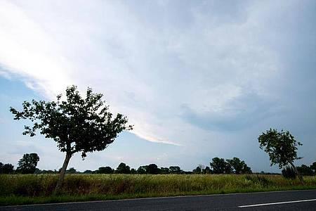 Dunkle Wolken über dem niedersächsischen Hemmingen. Foto: Hauke-Christian Dittrich/dpa