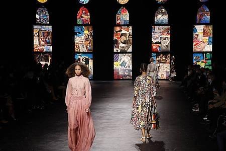 Models zeigen sehr feminine Kleider auf dem Dior-Laufsteg. Foto: Francois Mori/AP/dpa