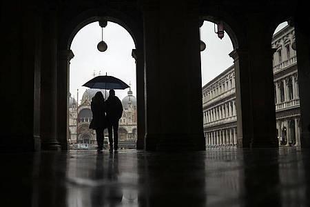 Milliardenschwere Hilfsmaßnahmen werden die Staatsverschuldung nach oben treiben. Das trifft vor allem hoch verschuldete Länder wie Italien hart. Könnten gemeinschaftliche Anleihen - sogenannte Corona-Bonds - helfen?. Foto: Francisco Seco/AP/dpa