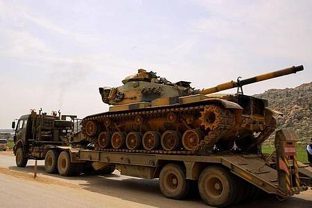 Ein Konvoi des türkischen Militärs fährt auf den Grenzübergang Bab al-Hawa im Norden vom syrischen Idlib zu. Die Türkei hat seit dem Waffenstillstand militärische Verstärkung in die Zone geschickt. Foto: Juma Muhammad/IMAGESLIVE via ZUMA Wire/dpa