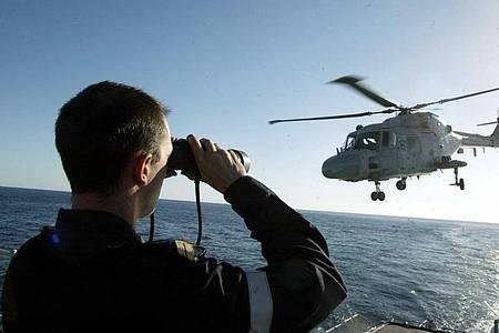 Ein Hubschrauber der französischen Marine hebt von der Fregatte «Tourville» auf dem Roten Meer ab. Foto: Patrick Baz/AFP POOL/epa/dpa