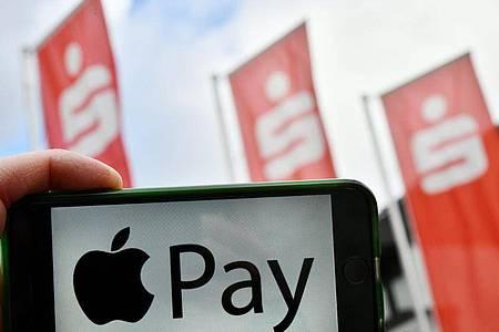 Die Girocard soll bei Sparkassen ab Spätsommer mit Apple Pay zum Einsatz kommen. Foto: Frank May/pa/dpa