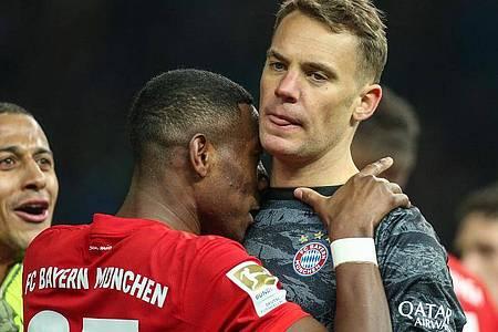 Sollen beim FC Bayern verlängern: David Alaba (l) und Kapitän Manuel Neuer. Foto: Andreas Gora/dpa