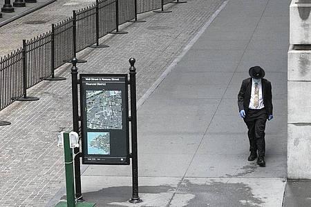Die Wall Street - fast menschenleer. Foto: Mark Lennihan/AP/dpa