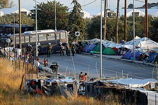 Viele Migranten aus dem abgebrannten Flüchtlingslager Moria zelten auf der Straße. Foto: Petros Giannakouris/AP/dpa