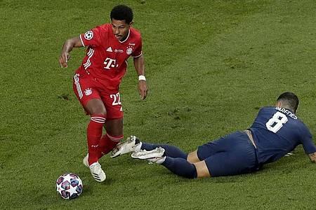 Bayern-Profi Serge Gnabry (l) geht an Leandro Paredes vorbei. Foto: Manu Fernandez/Pool AP/dpa