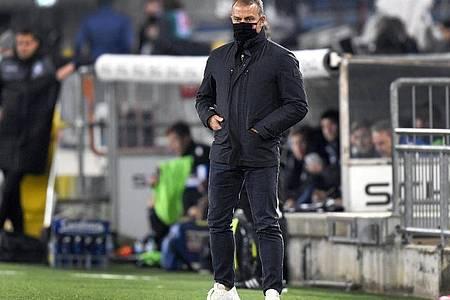Bayern-Trainer Hansi Flick trägt am Spielfeldrand einen Mund-Nasen-Schutz. Foto: Martin Meissner/AP-Pool/dpa