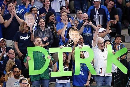 Fans der Dallas Mavericks feiern Dirk Nowitzki bei seinem letzten Heimspiel 2019. Foto: Tom Fox/The Dallas Morning News/AP/dpa