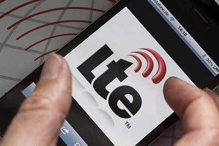 Auf dem Display eines Smartphones ist das Logo des schnellen Datendienstes LTE zu sehen. Foto: Jens Büttner/dpa-Zentralbild/dpa