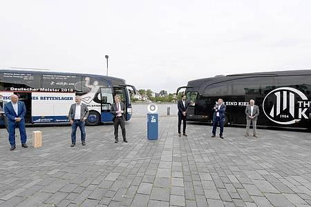 In Eckernförde wurde die Meisterschale vom Vorjahresmeister SG Flensburg-Handewitt einer Delegation des THW Kiel übergeben. Foto: Carsten Rehder/dpa